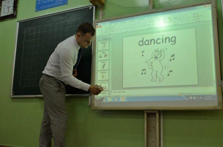Thầy Brian Mallot bắt đầu giới thiệu các từ mới