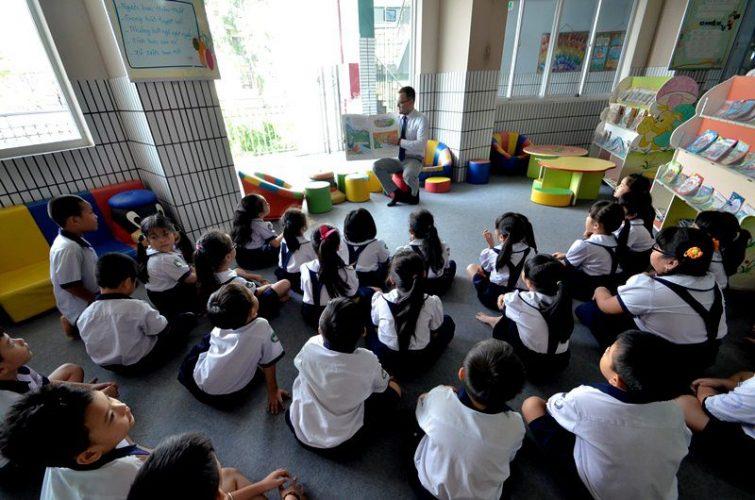 Sau đó học sinh còn được thầy đọc truyện với câu chuyện có liên quan đến các vốn từ mới để bé nắm được