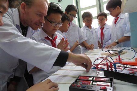 Học sinh lớp Chín Trường THPT chuyên Trần Đại Nghĩa thực hành thiết kế ngôi nhà và lắp hệ thống điện.