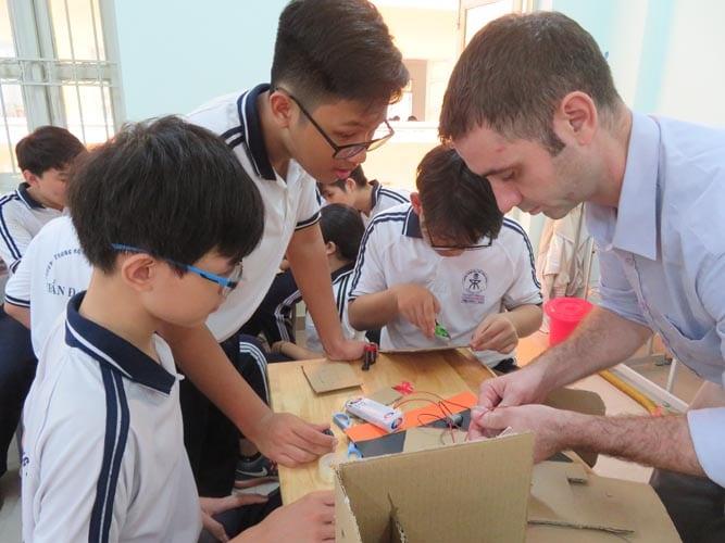 Một tiết thực hành STEM của học sinh lớp Chín Trường THPT