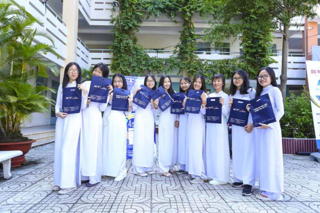 Các em học sinh tham gia game ACT Quiz tại gian hàng ACT Vietnam