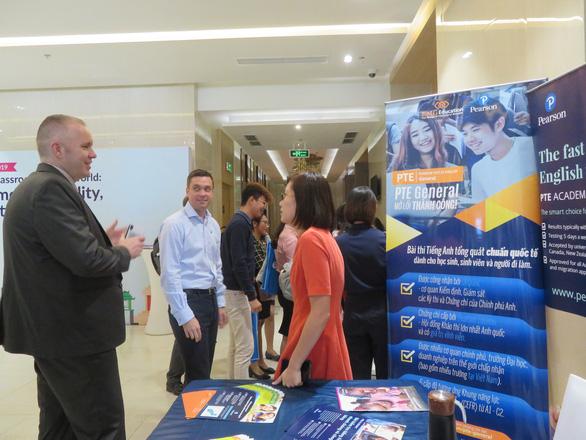 Ông Alan Malcolm - giám đốc Pearson khu vực Châu Á trao đổi với đối tác chiến lược EMG Education tại sự kiện