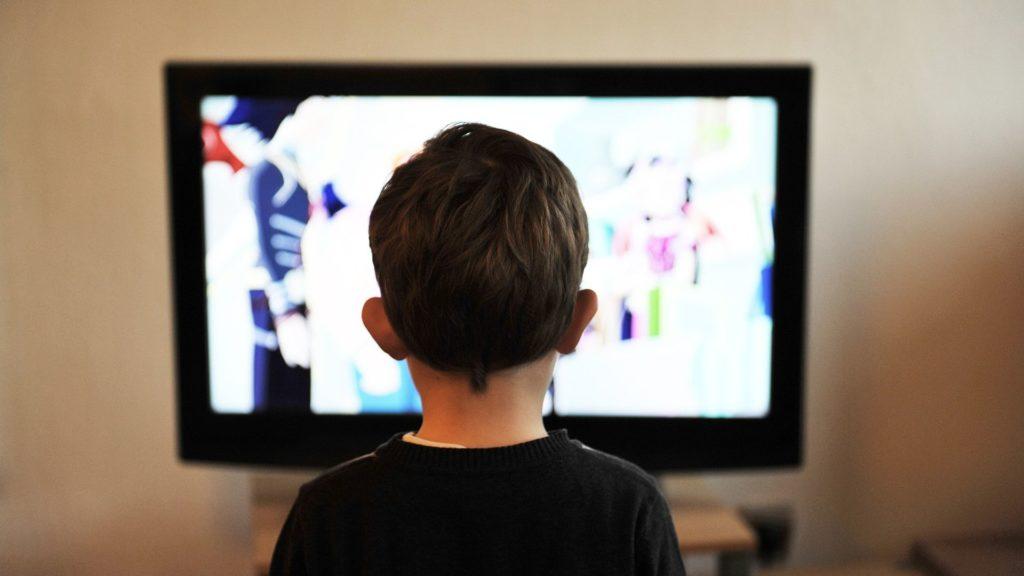 Học tiếng Anh bằng phim ảnh, mạng xã hội Youtube cũng là cách khá hữu hiệu cho con trẻ để làm nền tảng chuẩn bị cho việc săn học bổng du học