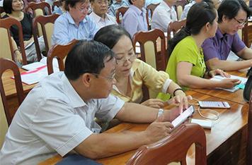 Hiệu trưởng, cán bộ quản lý giáo dục ở TP.HCM đang được tập huấn sử dụng công nghệ SMILE trên điện thoại di động