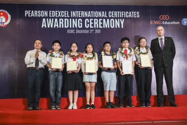 Ông Alan Malcolm - Tổng giám đốc Pearson khu vực châu Á - chụp hình cùng học sinh có thành tích xuất sắc tại buổi trao giải