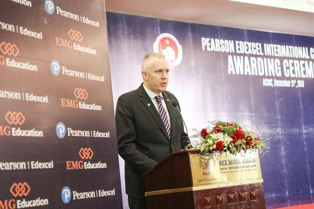 Ông Alan Malcolm phát biểu tại buổi trao giải