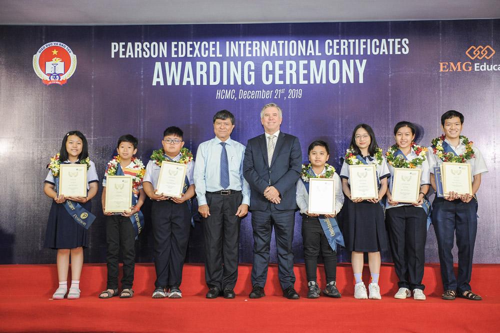 Ông Ian Gibbons - Tổng lãnh sự quán Anh tại TP.HCM - chụp hình với các em học sinh có thành tích xuất sắc tại buổi trao giải
