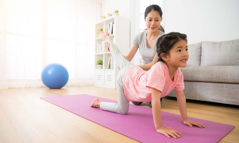 Tập thể dục trước và sau khi học online giúp trẻ thư giãn và tập trung hơn.